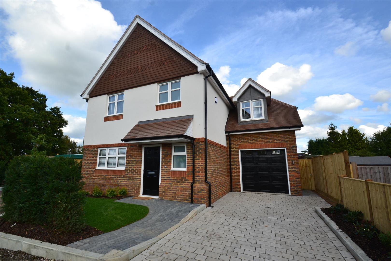4 Bedrooms Detached House for sale in Campbell Close, Hookwood, Horley